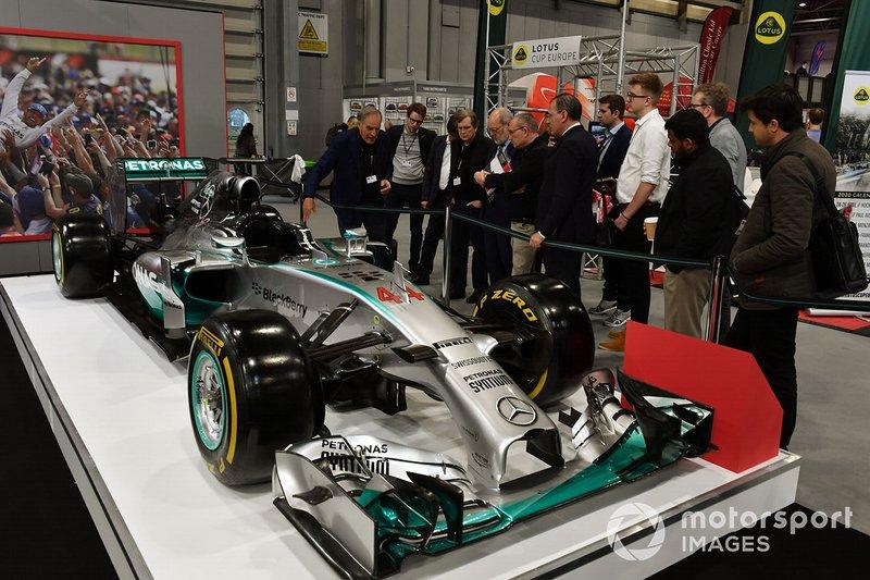 Giorgio Piola junto a un Mercedes F1