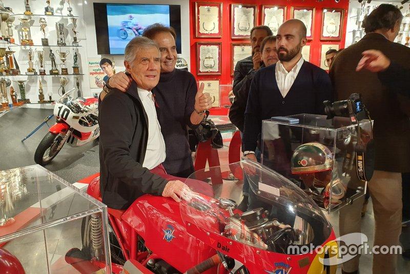 Giacomo Agostini, posa per una foto con Roby Facchinetti, frontman dei Pooh