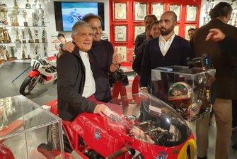 Giacomo Agostini, posa para una foto