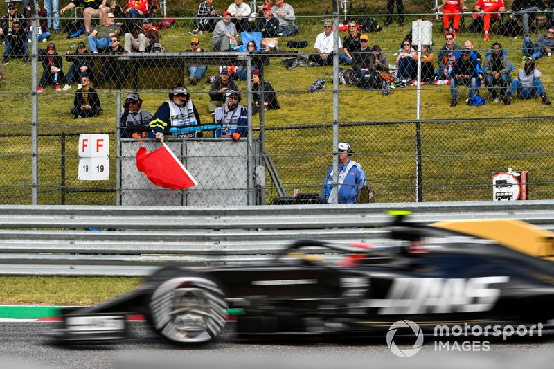 Kevin Magnussen, Haas F1 Team VF-19, passes a red