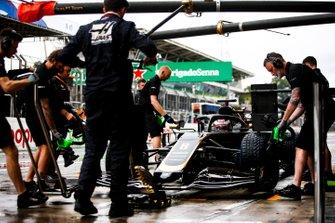 Romain Grosjean, Haas F1 Team VF-19, hace una parada en boxes durante los entrenamientos