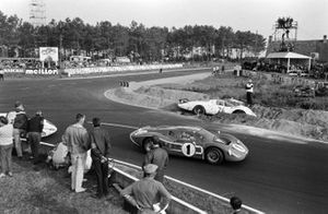 Crash: Chuck Parsons, Ricardo Rodriguez-Cazados, North American Racing Team, Ferrari 365P2
