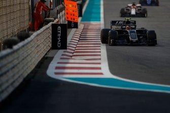 Kevin Magnussen, Haas F1 Team VF-19, leads Kimi Raikkonen, Alfa Romeo Racing C38