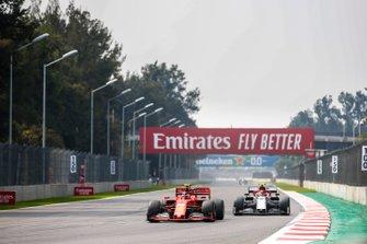 Charles Leclerc, Ferrari SF90, precede Antonio Giovinazzi, Alfa Romeo Racing C38