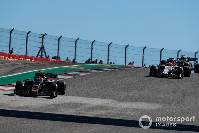 Kevin Magnussen, Haas F1 Team VF-19, precede Kimi Raikkonen, Alfa Romeo Racing C38
