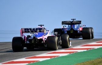 Sergio Perez, Racing Point RP19 et Max Verstappen, Red Bull Racing RB15