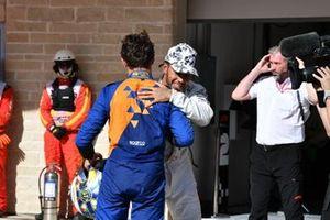 Lando Norris, McLaren, si congratula con Lewis Hamilton, Mercedes AMG F1, 2° classificato, per la conquista del suo sesto Mondiale