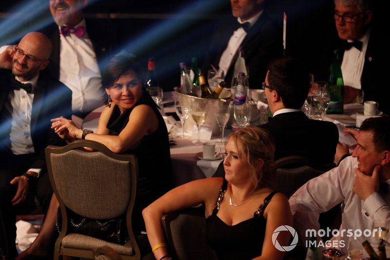 Ospiti guardano dai tavoli