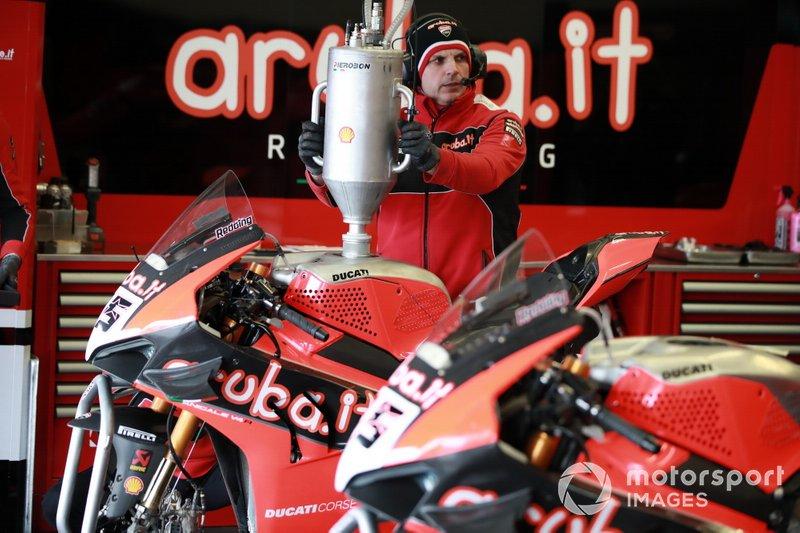 Refuelling at the bike of Scott Redding, Aruba.it Racing Ducati