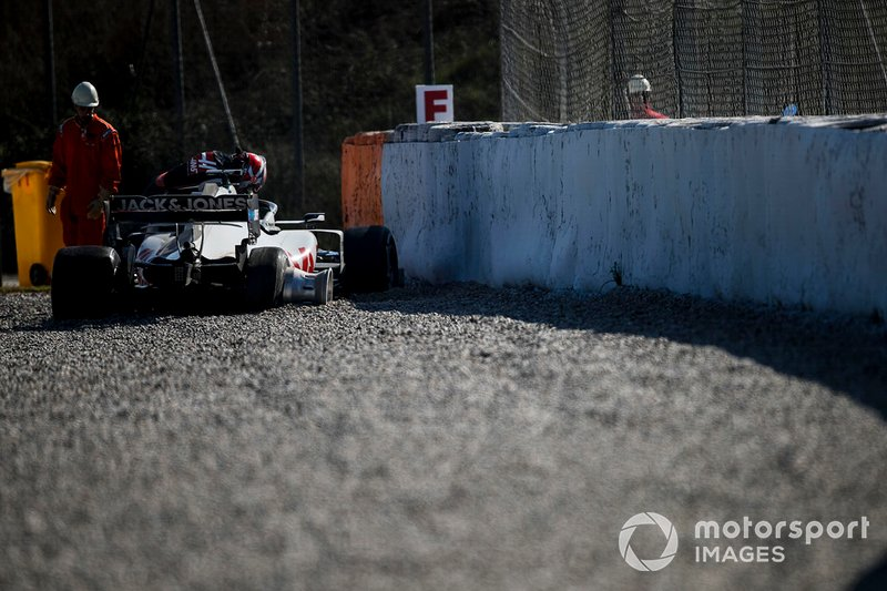 Kevin Magnussen, Haas F1 Team VF-20 crashes and causes a red flag