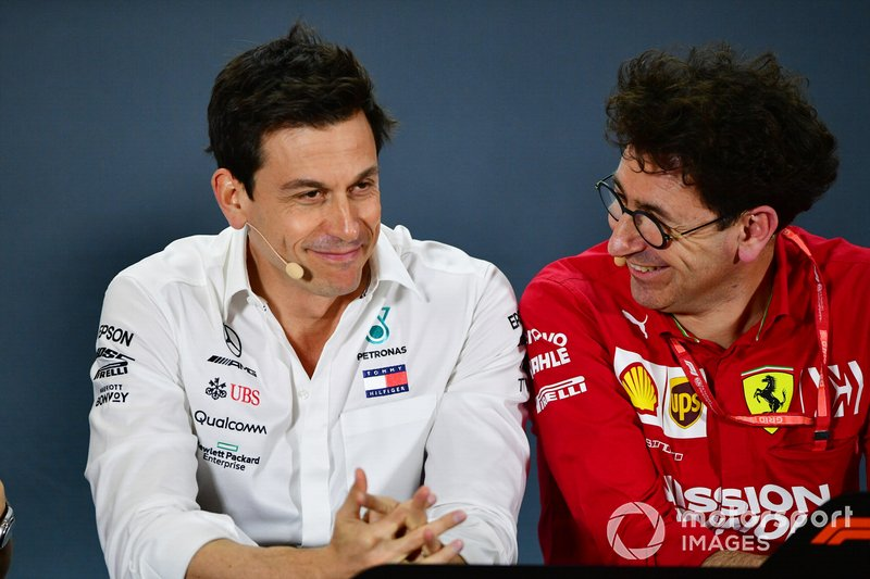 Toto Wolff, Executive Director (Business), Mercedes AMG, e Mattia Binotto, Team Principal Ferrari