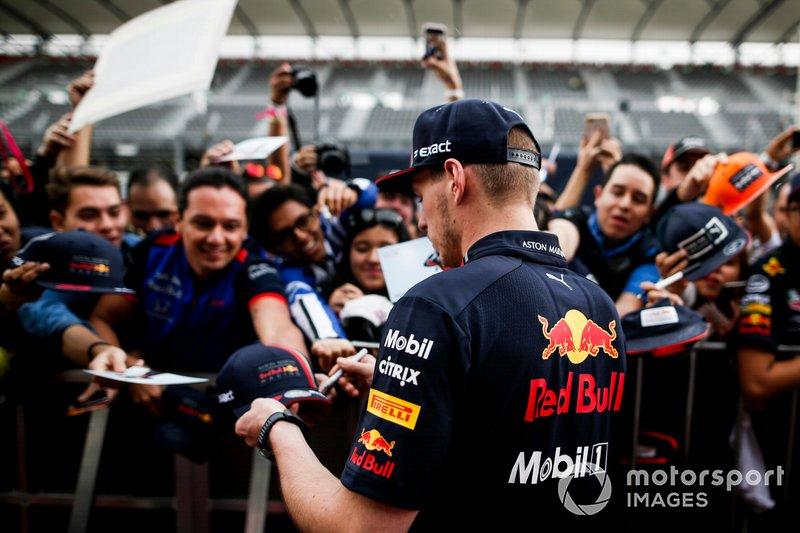 Max Verstappen, Red Bull Racing firma un autógrafo para un fan