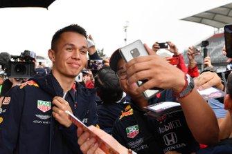 Alex Albon, Red Bull Racing fa un selfie con un fan