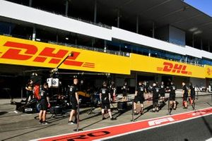 Haas F1 mechanics warm up