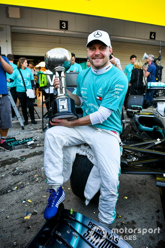 Ganador de la carrera Valtteri Bottas, Mercedes AMG F1 con su trofeo