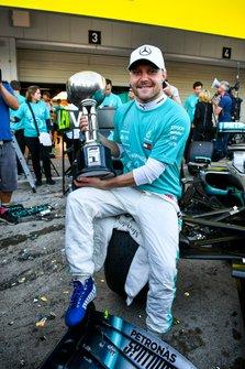 Race winner Valtteri Bottas, Mercedes AMG F1 with the trophy