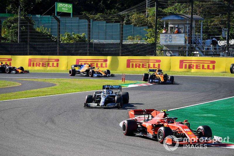Charles Leclerc, Ferrari SF90, lidera Lewis Hamilton, Mercedes AMG F1 W10, Carlos Sainz Jr, McLaren MCL34, y Lando Norris, McLaren MCL34.