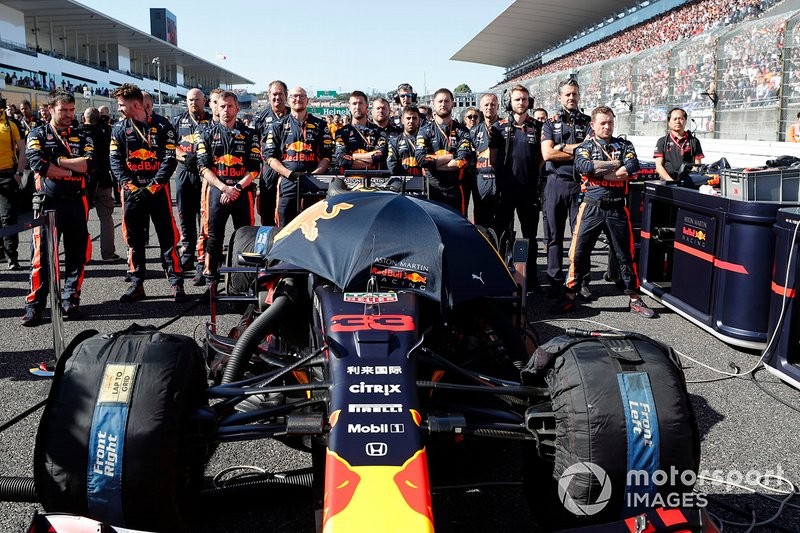 The mechanics for Max Verstappen, Red Bull Racing RB15, on the grid with his car