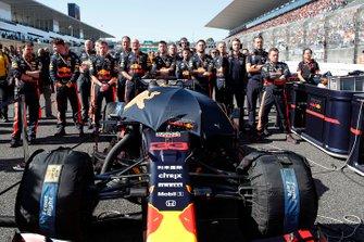 Meccanici di Max Verstappen, Red Bull Racing RB15, sulla griglia con la sua auto