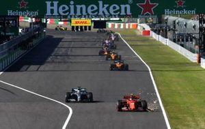 Шарль Леклер, Ferrari SF90 (поврежденное переднее антикрыло), и Льюис Хэмилтон, Mercedes AMG F1 W10