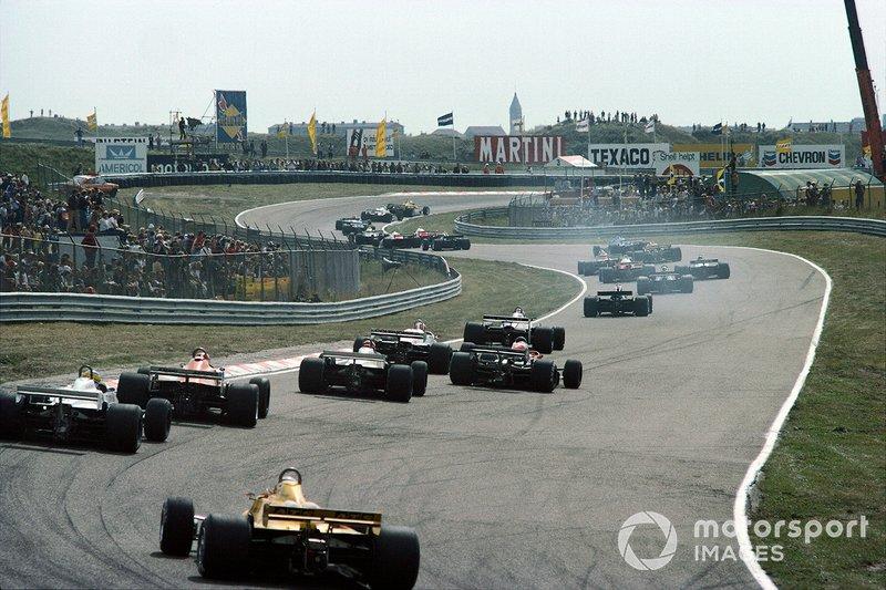 Zandvoort 1981: Een lint van auto's gaat over het circuit
