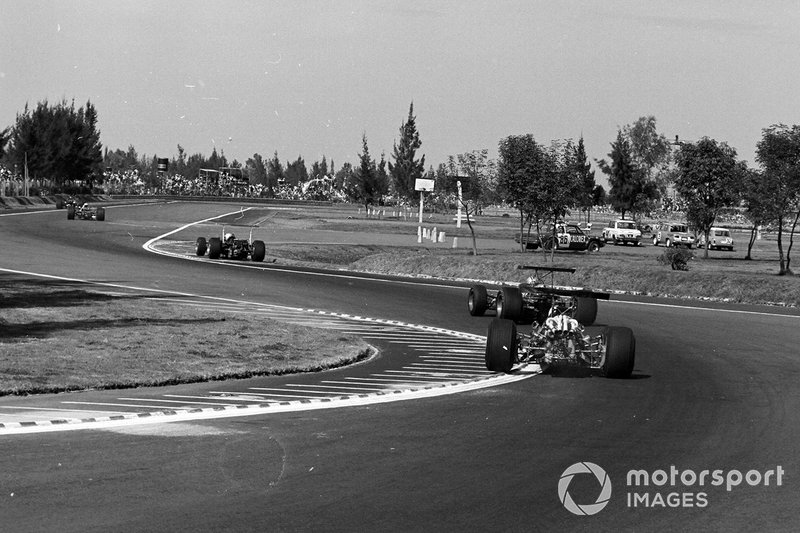 Джон Сертиз, Honda RA301, Дэнни Хьюм, McLaren M7A Ford, и Крис Эймон, Ferrari 312/68