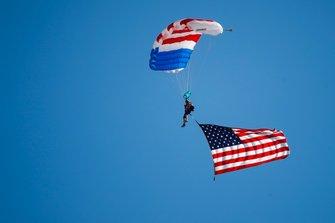 Spettacolo aereo pre-gara, con un paracadutista