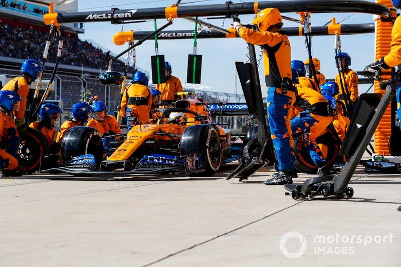 Lando Norris, McLaren MCL34, effettua un pit stop