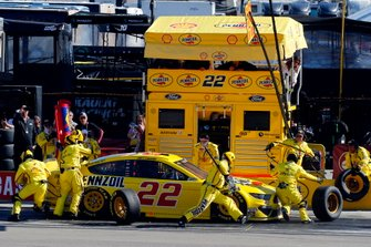Joey Logano, Team Penske, Ford Mustang Pennzoil pit stop