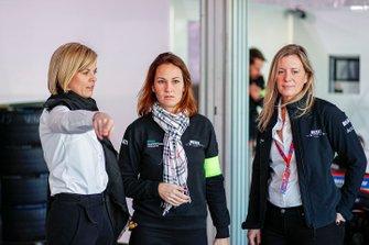 Susie Wolff, Team Principal, Venturi in garage con i membri del team