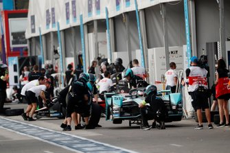 Tyre change for James Calado, Jaguar Racing, Jaguar I-Type 4