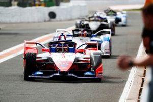 Pascal Wehrlein, Mahindra Racing, M6Electro Maximillian Gunther, BMW I Andretti Motorsports, BMW iFE.20 into the pit lane