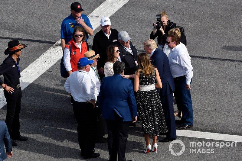 Donald J Trump, el Presidente de Estados Unidos y Grand Marshall para la Daytona 500, con Rick y Linda Hendrick y Joe Gibbs y Roger y Cathy Penske
