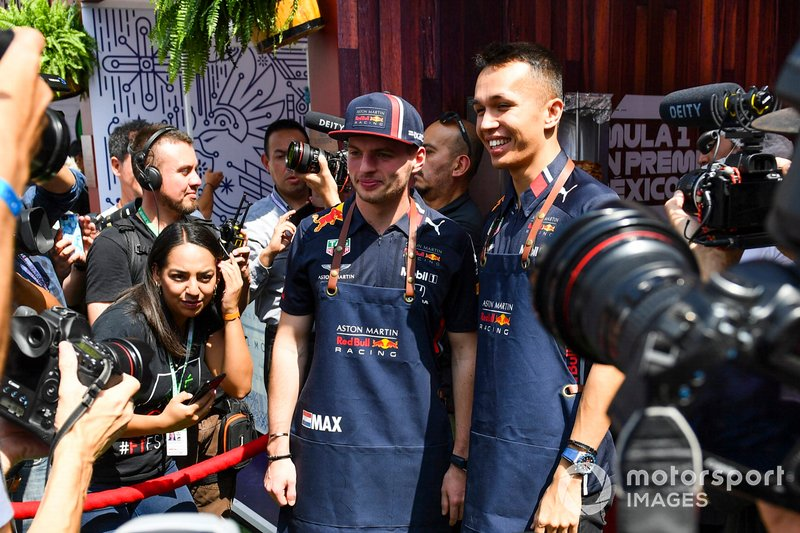 Max Verstappen, Red Bull Racing e Alex Albon, Red Bull Racing, preparano tacos