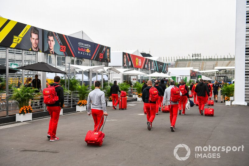 Il team Ferrari arriva in circuito