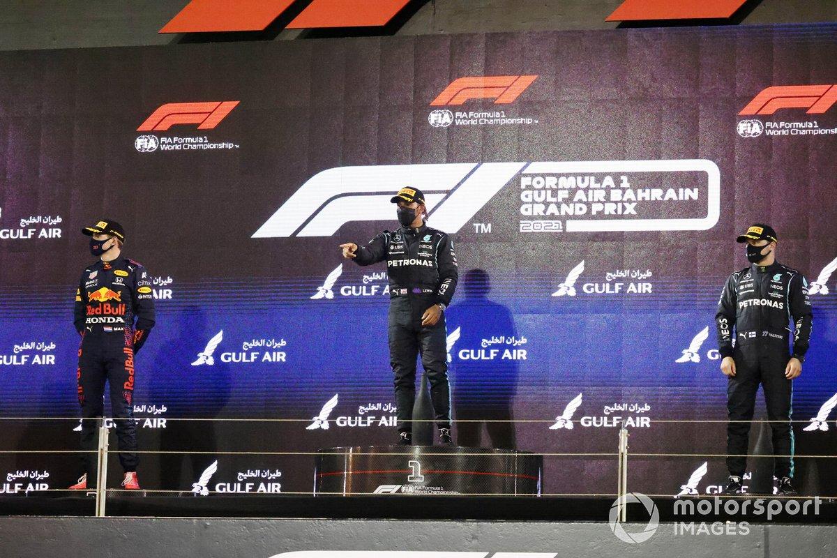 Max Verstappen, Red Bull Racing, secondo classificato, Lewis Hamilton, Mercedes, primo classificato, e Valtteri Bottas, Mercedes, terzo classificato, sul podio