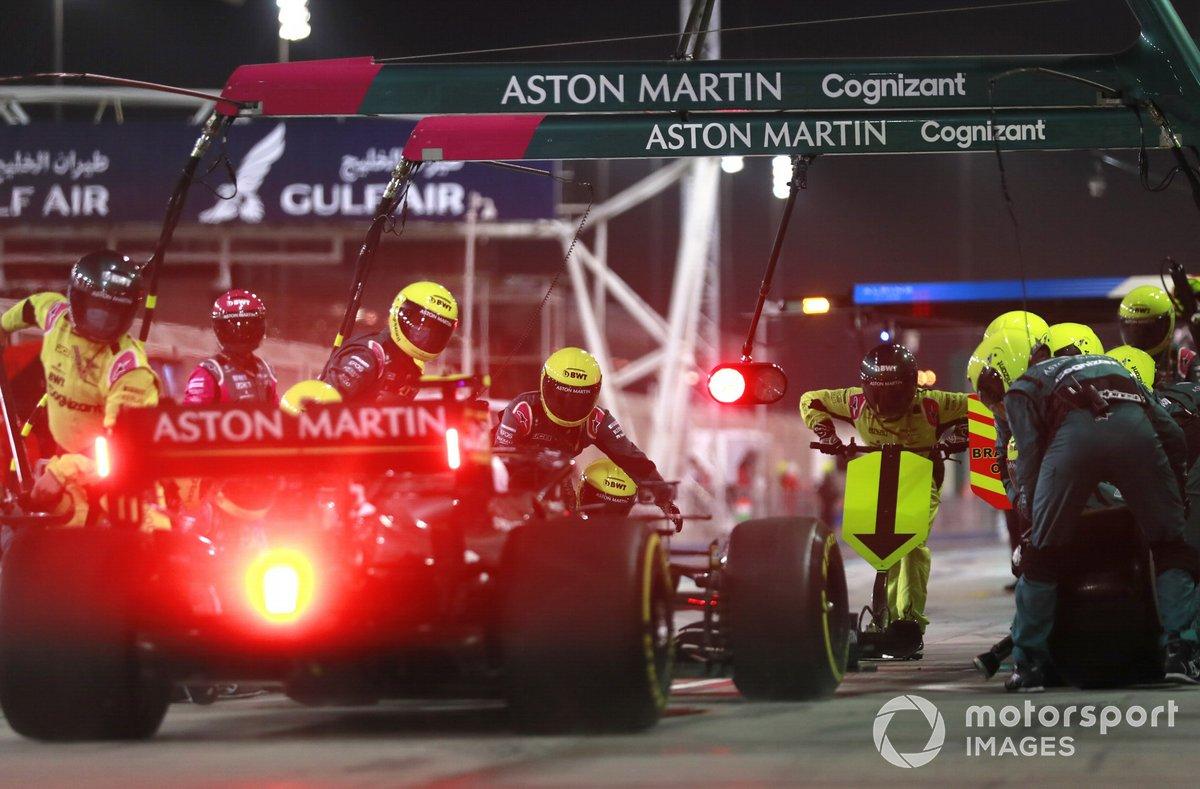 Sebastian Vettel, Aston Martin AMR21, en pits