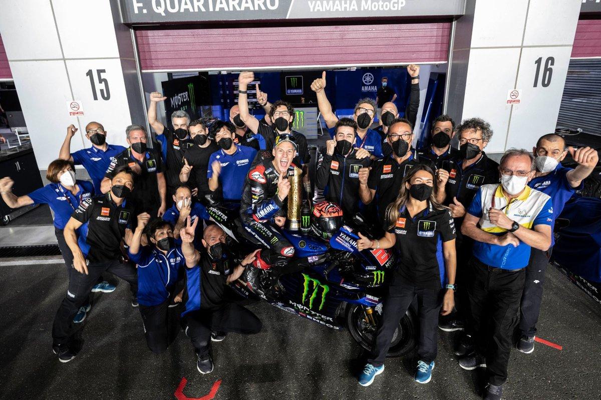 El ganador de la carrera Fabio Quartararo, Yamaha Factory Racing celebra con el equipo