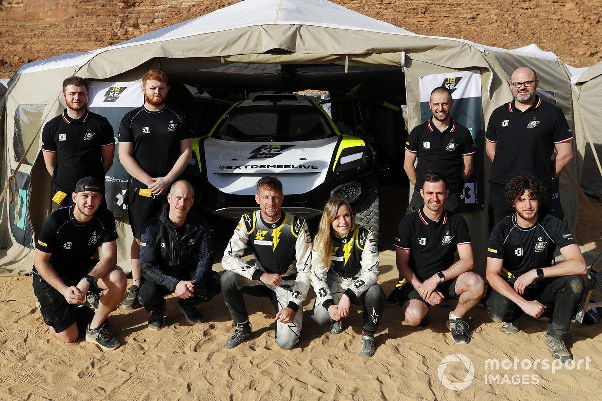 Jenson Button, JBXE Extreme-E Team, y Mikaela Ahlin-Kottulinsky, JBXE Extreme-E Team con el equipo
