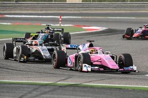 Artem Markelov, BWT HWA Racelab leads Luca Ghiotto, Hitech Grand Prix and Sean Galael, Dams