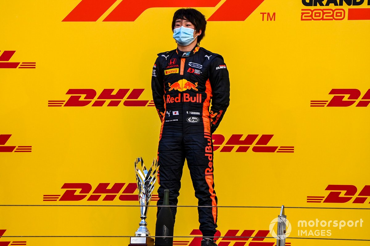 Yuki Tsunoda, Carlin, primo classificato, sul podio