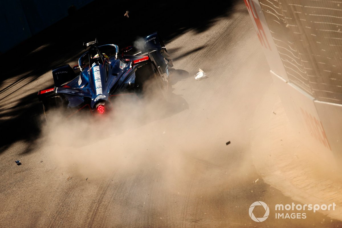 Robin Frijns, Envision Virgin Racing, Audi e-tron FE07, hits the wall