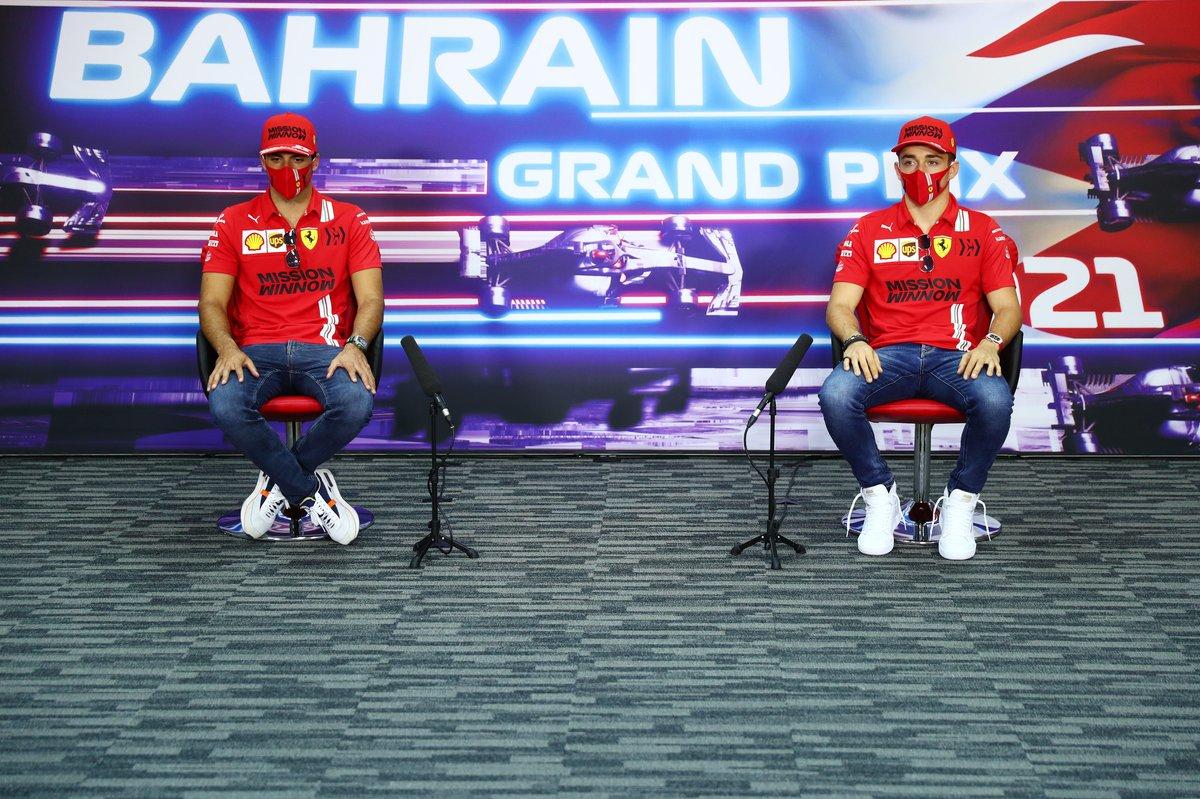 Carlos Sainz Jr., Ferrari, Charles Leclerc, Ferrari, en la conferencia de prensa