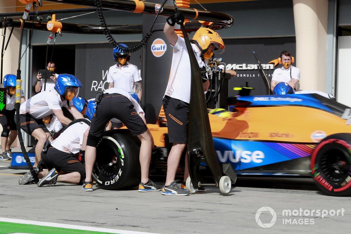 Lando Norris, McLaren MCL35M, hace una parada en pits durante la FP1