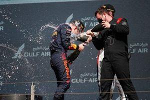 Le vainqueur Liam Lawson, Hitech Grand Prix, et le représentant Hitech fêtent sur le podium