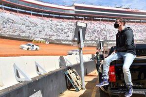 Denny Hamlin ist watching Truck Dirt action