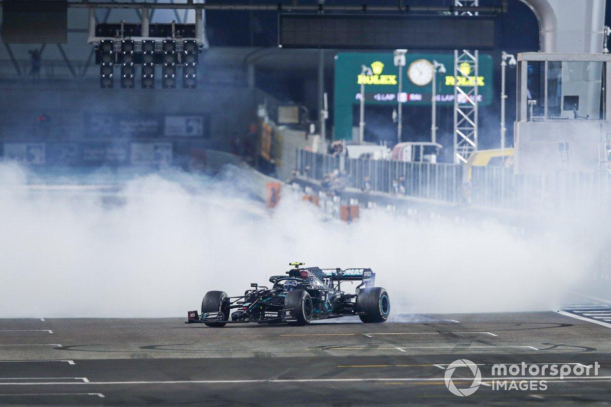 Valtteri Bottas, Mercedes F1 W11, 2ª posición, realiza unos donuts al final de la carrera
