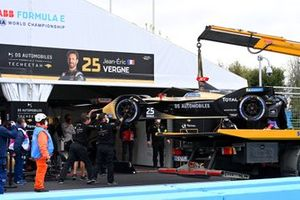 Mechanics unload the damaged car of Jean-Eric Vergne, DS Techeetah, DS E-Tense FE21