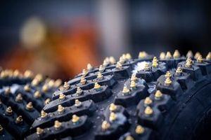 Un pneu Pirelli clouté