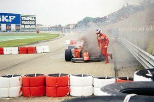 Jean Alesi, Ferrari 642 huye de su coche en llamas